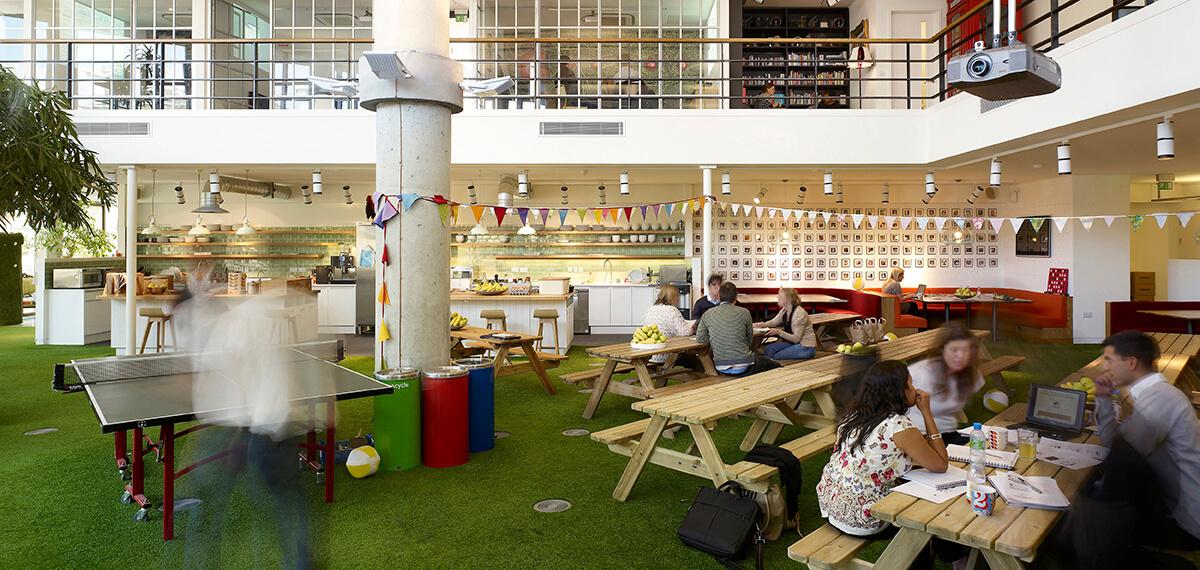 Het kantoor van innocent in Londen, Engeland, ontworpen door Stiff + Trevillion